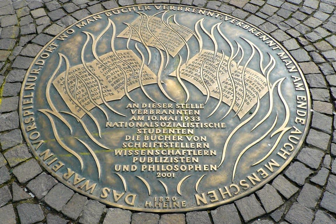 Diese Gedenkplatte gibt es in Frankfurt, in Leipzig fehlt so etwas noch